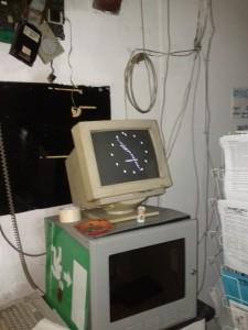 E scoprire che è tardi e che bisogna andare a casa solo  guardando intensamente APPESO  che ci dice l'ora in ASCII ART.